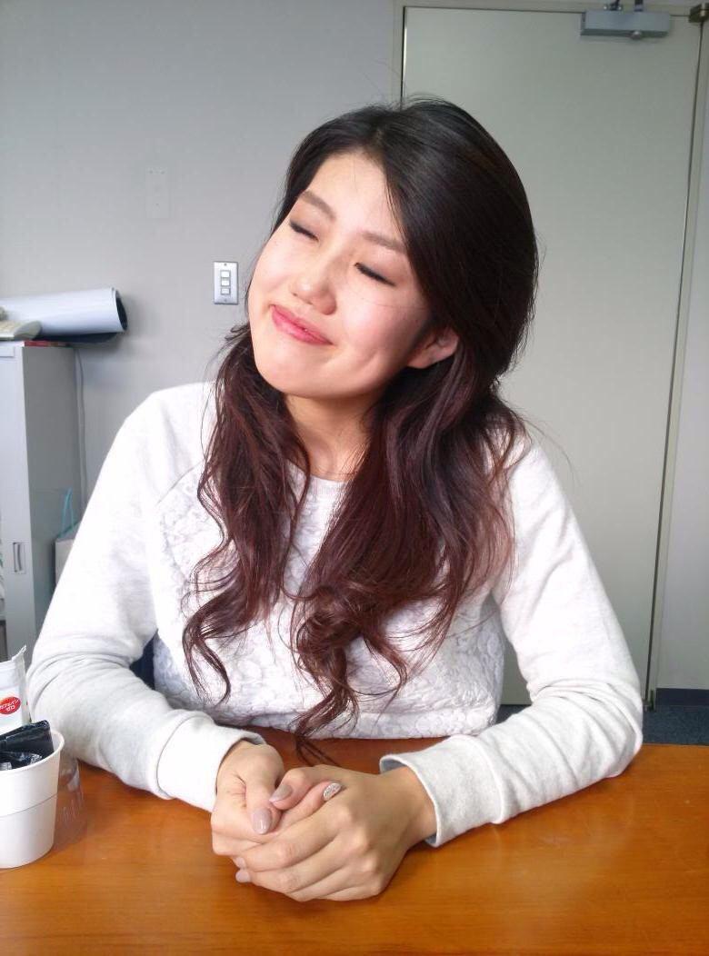 白いトップスで目を伏せながら微笑む芸人、横澤夏子